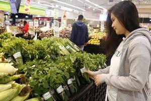 Các bà nội trợ bất ngờ khi siêu thị gói rau bằng lá chuối