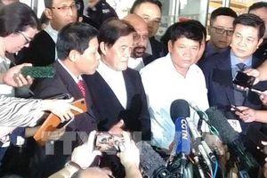 Công dân Đoàn Thị Hương và bố đẻ trao đổi nhanh với báo chí