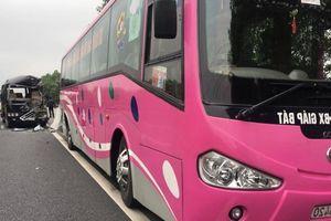Xe Limousine đâm ô tô khách trên cao tốc Cầu Giẽ - Ninh Bình