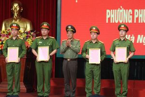 Khen thưởng thành tích phá án vụ nổ súng cướp tàn sản tại chợ Long Biên