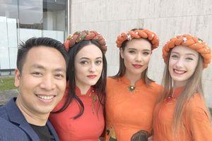 Đạo diễn Quang Tú chỉ đạo show thời trang lần thứ 2 tại Paris
