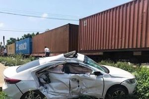 Quảng Nam: Tàu hỏa hất văng ô tô 4 chỗ, 3 người bị thương nặng