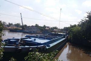 Tiền Giang: Hàng chục sà lan trọng tải lớn xếp hàng dưới dòng kênh Hai