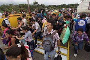 Hàng triệu người dân Venezuela băng rào sang Colombia