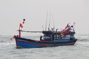 Lai dắt tàu cá gặp nạn trên vùng biển Hoàng Sa vào bờ
