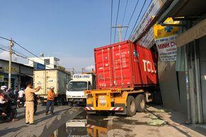 Xe container tông xe tải, đâm sập 2 nhà dân lúc rạng sáng