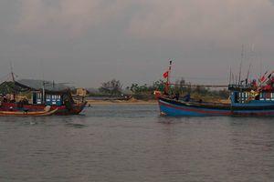 Tàu cá bị nạn ở Hoàng Sa được lai dắt vào bờ an toàn