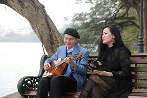 Thầy trò nhạc sĩ Vũ Thành An ôm đàn guitar hát bên hồ Gươm