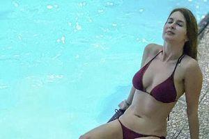 Nữ giáo viên chụp ảnh bikini để bênh vực đồng nghiệp bị đuổi việc