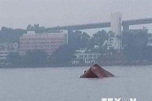 Kịp thời cứu hộ 8 thuyền viên bị chìm tàu ở vùng biển Quảng Ninh