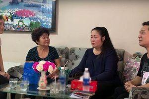 NSND Hồng Vân, Minh Nhí trao tiền ủng hộ tới gia đình nghệ sĩ Anh Vũ