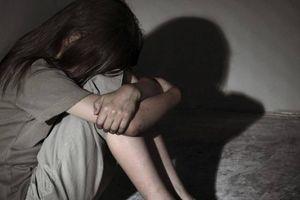 Gã đàn ông đưa 20.000 đồng dụ bé gái 14 tuổi cởi đồ để ấu dâm