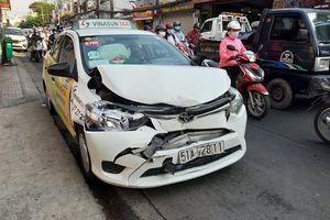 Xe Mazda mất lái đâm nát đầu taxi