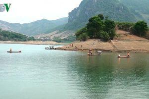 Hàng trăm người tìm kiếm thi thể người đàn ông đuối nước trên Sông Đà