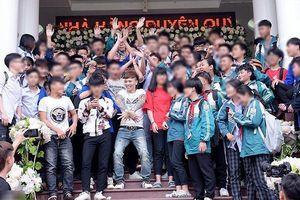 Khá Bảnh chụp ảnh với nhiều học sinh ở Yên Bái: PGĐ Sở GD-ĐT nói Khá 'lên dự đám cưới'