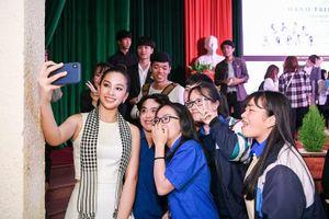 Hoa hậu Tiểu Vy: 'Đọc sách giúp học hỏi và tích lũy vốn tri thức'