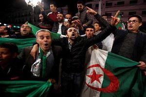 Biển người ăn mừng khi Tổng thống Algeria 82 tuổi từ chức