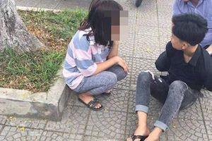 Bị nhắc nhở vi phạm giao thông khi chở bạn gái, thiếu niên rút dao đâm người giữa đường