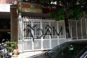 Cổng nhà riêng cựu Phó Viện trưởng Viện KSND TP Đà Nẵng bị bôi bẩn