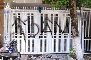 Nhà cựu Viện phó VKS dâm ô bé gái trong thang máy bị xịt sơn