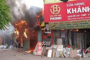 Hơn 30 chiến sĩ dập tắt đám cháy trên đường Lạc Long Quân