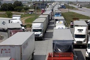 Chuyện khó tin, hàng ngàn xe tải 'kẹt cứng' ở biên giới Mỹ-Mexico