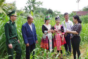 Cán bộ, nhân dân tỉnh Bô Ly Khăm Xay tham quan mô hình kinh tế tại Hà Tĩnh