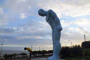 Tượng 'Người đàn ông cúi chào' Hàn Quốc tặng Huế chưa biết đặt nơi đâu?
