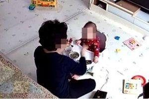 Bảo mẫu ép trẻ 14 tháng tuổi ăn, giật tóc, cấu véo một cách thô bạo