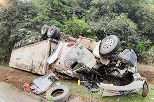 Điện Biên: Xe đầu kéo lật hư hỏng nặng do mất phanh