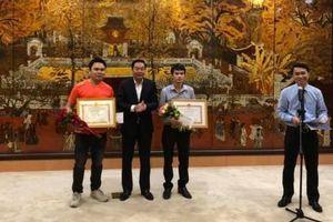 Khen thưởng nam phóng viên cùng một số người dân dũng cảm bắt cướp