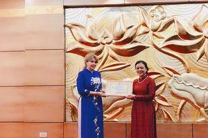 Đại sứ đầu tiên của Cộng hòa Acmenia tại Việt Nam nhận kỉ niệm chương của VUFO