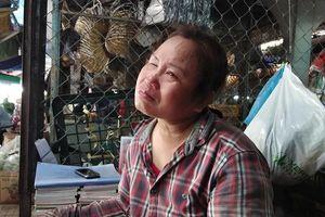 Người mẹ mù lòa khóc vì con trai đâm người nhắc vượt đèn đỏ