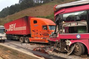 Sơn La: Va chạm với xe container, tài xế xe khách biển Lào bị gãy chân