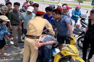 CSGT Đà Nẵng 'làm xiếc' hơn 3km bắt 2 tên cướp giật điện thoại