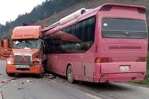 Xe khách và xe container 'đóng đinh' vào nhau, lái xe khách gãy chân