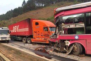 Hiện trường vụ container đâm nát đầu xe khách biển số Lào trên quốc lộ