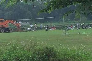 Chủ tịch xã bị kỷ luật vì mang lợn chết ra sân bóng chôn