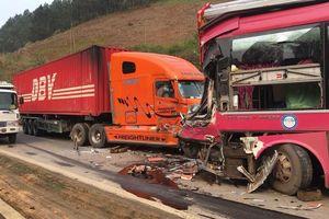 Sơn La: Đấu đầu với xe container, lái xe khách nhập viện cấp cứu