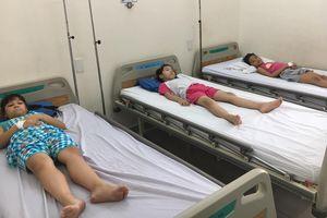 TP.HCM: 61 học sinh nhập viện sau khi ăn trưa tại trường tiểu học