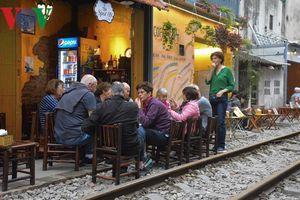 Cà phê sát đường ray - Nơi 'sống ảo' tiềm ẩn nhiều rủi ro của giới trẻ