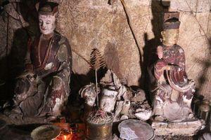 Cảnh hoang tàn bên trong ngôi chùa cổ có tượng làm bằng đất ở Hà Nội