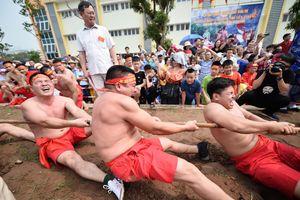 Sôi động thanh niên cởi trần tham gia trò chơi kéo co ngồi trong lễ hội đền Trấn Vũ