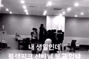 Thực hư chuyện thành viên nhóm nhạc mới YG chìa ngón tay thối về phía đồng nghiệp khi xem MV của BlackPink