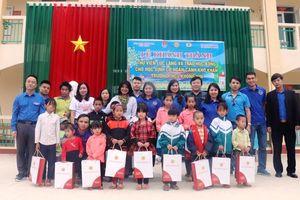Trao quà cho các học sinh nghèo tại huyện Tuần Giáo