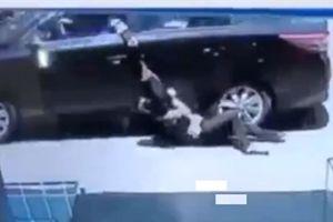 Gã nước ngoài giật, kéo lê nạn nhân: Tăng ga giằng túi...
