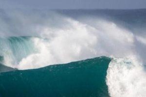 Nam thanh niên chết đuối sau khi cứu 2 nữ sinh giữa sóng dữ