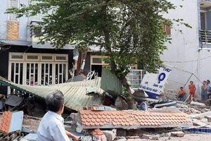 Xe container tông sập 3 nhà dân lúc rạng sáng, 14 người may măn thoát chết