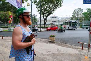 Chuyện chàng Tây mặc đồ bộ và tình bạn cùng cô gà tên Đạt: 'Yêu Sài Gòn, mê bún bò và muốn làm người hài hước nhất Việt Nam!'