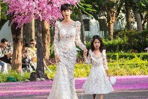Xuân Lan tái xuất sàn diễn, diện váy trắng tựa như cô dâu cùng con gái làm vedette